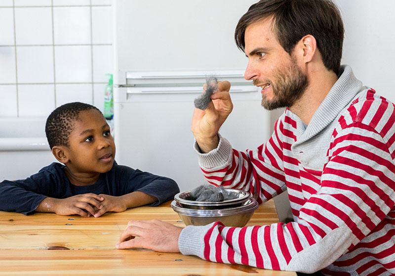 Foto: Mann erklärt Kind etwas